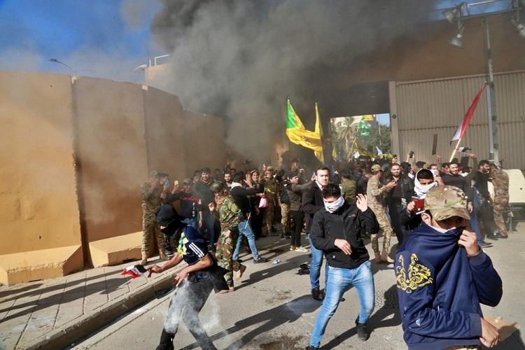 Quân đội Mỹ trấn áp người biểu tình tấn công đại sứ quán Mỹ tại Iraq hôm 31/12. Ảnh: AP.