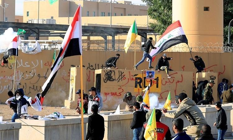 Người biểu tình ở bên ngoài sứ quán Mỹ tại Iraq ngày 1/1. Ảnh: