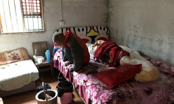 Wang Zhaohong, một người mắc bệnh bụi phổi silic, tại nhà riêng ở huyện Tang Thực, tỉnh Hồ Nam, Trung Quốc hồi tháng 11/2018. Ảnh: Reuters.