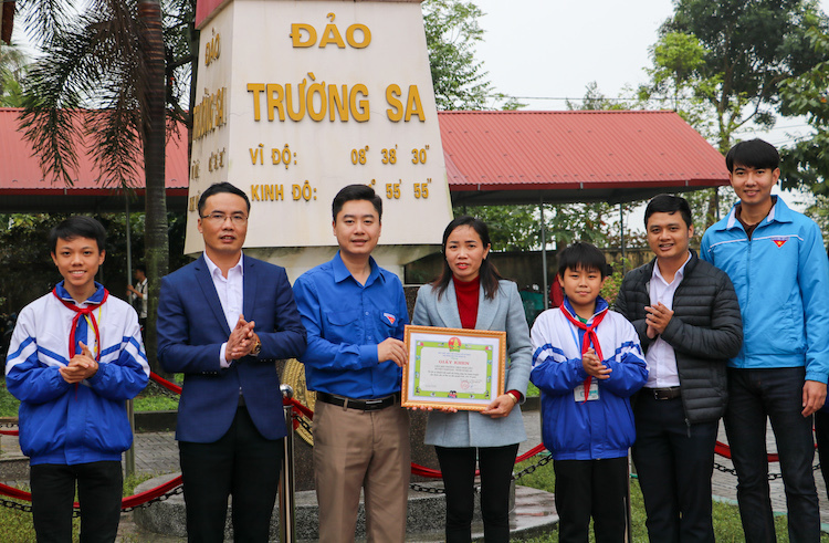 Đại diện Liên đội trường THCS Kim Liên nhận giấy khen của Tỉnh đoàn Nghệ An. Ảnh: Hữu Phương.
