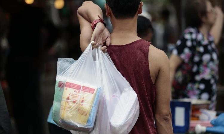 Một người cầm túi nhựa ở Bangkok. Ảnh: Bangkok Post.