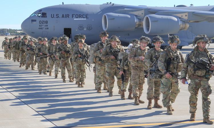 Binh sĩ Sư đoàn số 82 chuẩn bị lên đường tới Trung Đông hôm 1/1. Ảnh: Lầu Năm Góc.