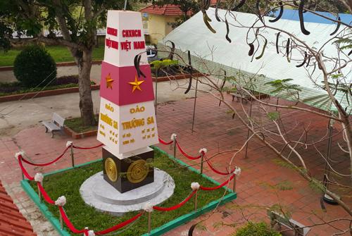 Mô hình cột mốc trong khuôn viên trường. Ảnh: Nguyễn Hải.