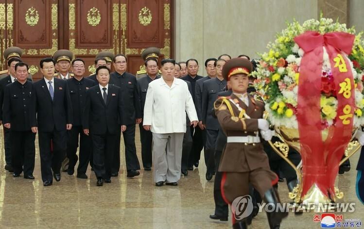 Lãnh đạo Triều Tiên Kim Jong-un đến viếng Cung điện Mặt trời Kumsusan, nơi lưu giữ thi hài ông nội Kim Il-sung và cha Kim Jong-il, tháng 10/2019. Ảnh: Yonhap/KCNA.