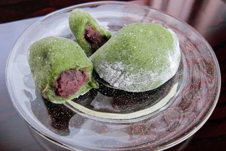 Những chiếc mochi yomogi nhân đậu đỏ bày trên đĩa tại Nhật Bản. Ảnh: Japan Times.