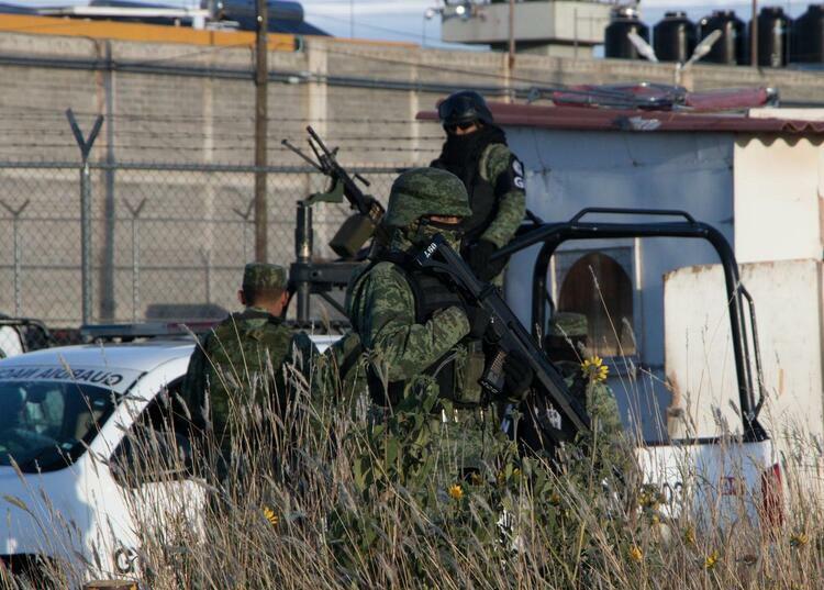 Thành viên lực lượng Vệ binh Quốc gia Mexico canh gác bên ngoài trung tâm tái hòa nhập xã hội tại thị trấn Cieneguillas, bang Zacatecas hôm 31/12. Ảnh: Reuters.