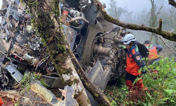 Xác trực thăng UH-60M tại hiện trường tai nạn sáng 2/1. Ảnh: UDN.
