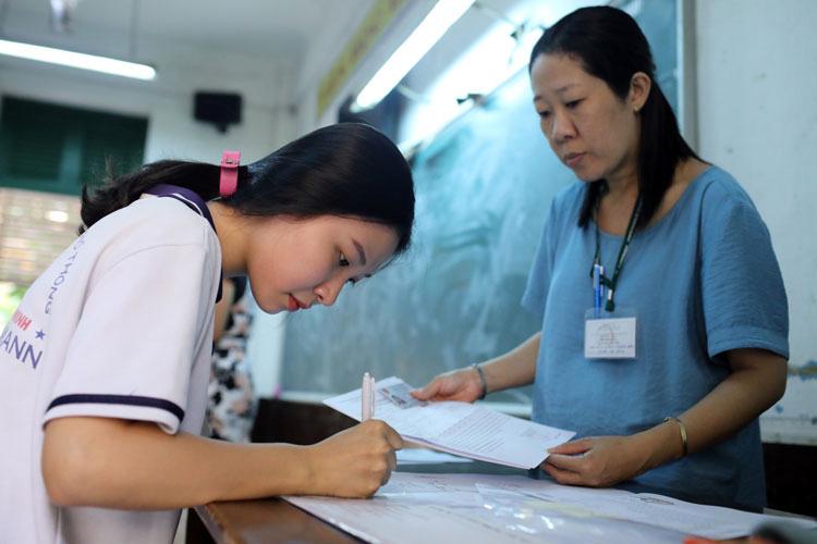 Thí sinh TP HCM làm thủ tục dự thi THPT quốc gia năm 2019. Ảnh: Thành Nguyễn.