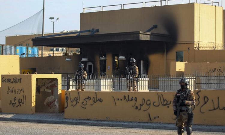 Lực lượng chống khủng bố Iraq canh gác đại sứ quán Mỹ ở thủ đô Baghdad hôm 2/1. Ảnh: AFP.