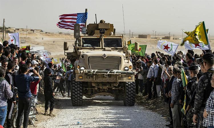 Thiết giáp Mỹ tuần tra tại thị trấn Ras al-Ain hồi đầu tháng 10/2019 trước khi rút khỏi miền bắc Syria. Ảnh: AFP.