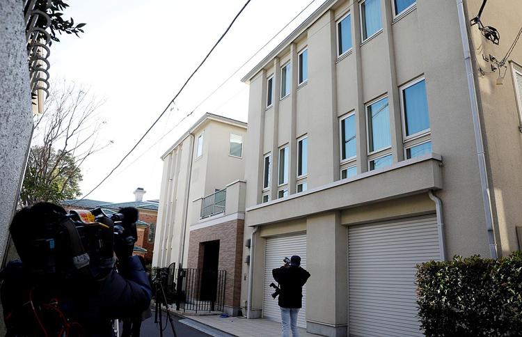 Giới truyền thông tập trung bên ngoài khu nhà của Carlos Ghosn tại Tokyo, Nhật Bản hôm 2/1. Ảnh: Reuters.