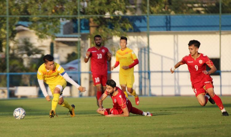 Việt Nam kiểm soát bóng và thế trận tốt hơn trước Bahrain.
