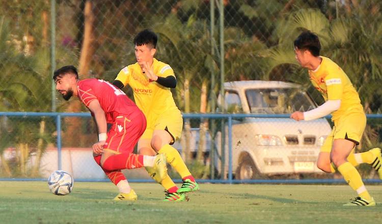 Trần Đình Trọng theo kèm tiền đạo Bahrain trong trận giao hữu tại Bangkok chiều 3/1.