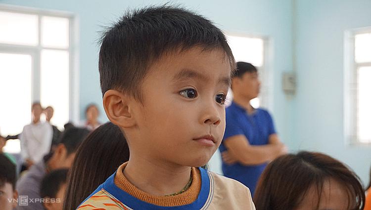 Em Sơn, 4 tuổi, trườngmầm non Sơn Thủy đợi đến lượt nhận quà Tết. Ảnh: Lê Hoàng