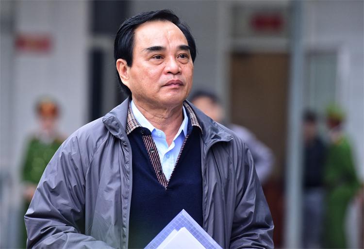 Bị cáo Văn Hữu Chiến tại sân tòa TAND Hà Nội. Ảnh: Giang Huy