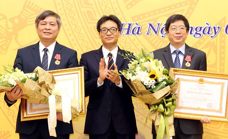 Tại sự kiện Phó Thủ tướng Vũ Đức Đam trao Huân chương lao động hạng nhất cho nguyên Thứ trưởng Bộ Khoa học và Công nghệ Trần Quốc Khánh (bìa phải) và hạng ba cho Thứ trưởng Phạm Công Tạc.