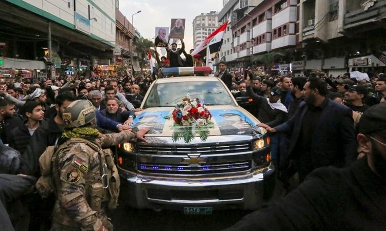 Đám đông vây quanh xe chở thi hài Soleimani tại Kadhimiya ngày 4/1. Ảnh: AFP.