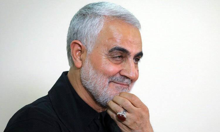 Tướng Soleimani đeo chiếc nhẫn gắn viên đá đỏ ở ngón tay áp út lúc còn sống. Ảnh: AFP.