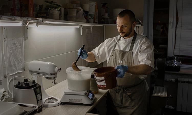 Dinat Yur làm kem trong một nhà hàng địa phương ở thành phố Magadan. Ảnh: NY Times.