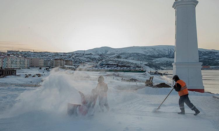 Công nhân dọn tuyết ở thành phố Magadan. Ảnh: NY Times.