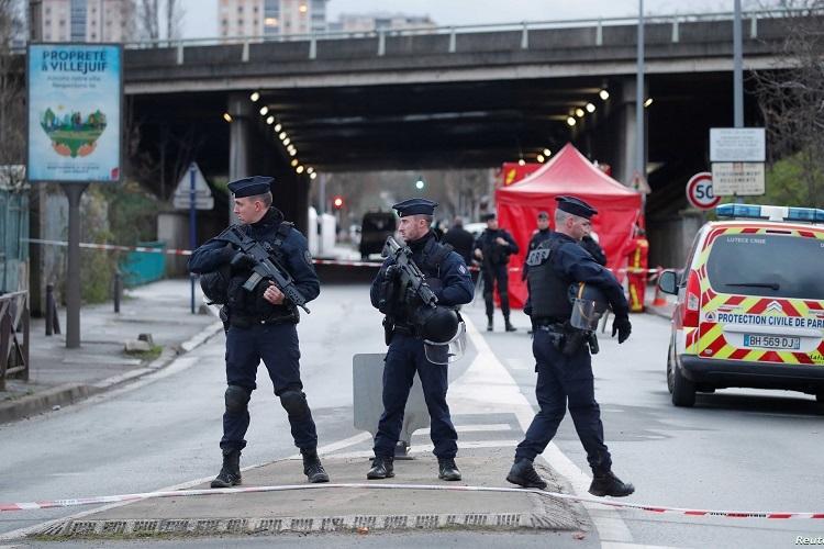 Cảnh sát Pháp phong tỏa hiện trường vụ tấn công ở ngoại ô Paris hôm 3/1. Ảnh: Reuters.