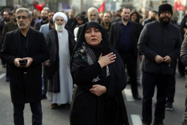 Một phụ nữ đau buồn khi tham gia cuộc biểu tình phản đối Mỹ ở thủ đô Tehran after the U.S. airstrike that killed Maj. Gen. Qasem Soleimani in Baghdad. (Vahid Salemi/AP)