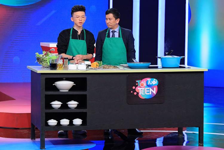 Thanh Hải (bên trái) nấu ăn cùng đầu bếp nổi tiếng Alain Nguyễn.