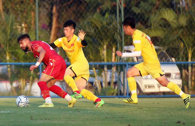 Đình Trọng thi đấu hiệp một trong trận giao hữu kín giữa Việt Nam và Bahrain ngày 3/1. Ảnh: VFF