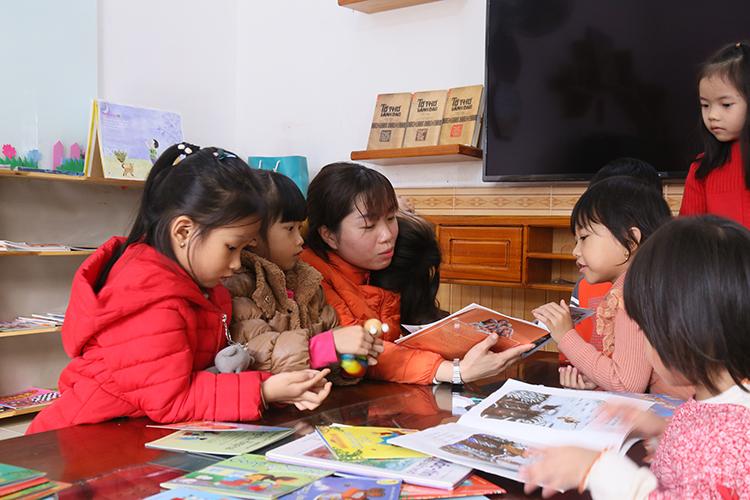 Nhiều phụ huynh chở con đến thư viện để mượn sách đọc tại chỗ cho các em. Ảnh: Hoàng Táo