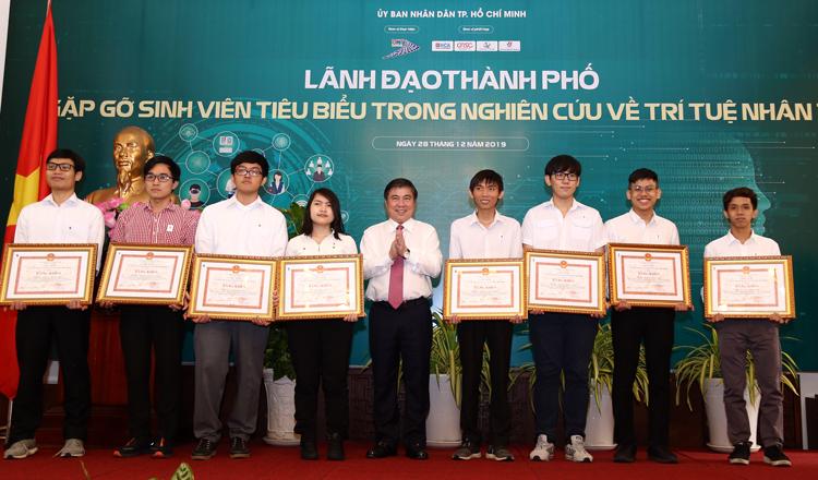 Hiếu (thứ hai trừ phải qua) là đại điện sinh viên tiêu biểu trong nghiên cứu AI gặp gỡ lãnh đạo TP HCM tháng 12/2019. Ảnh: Nhật Linh