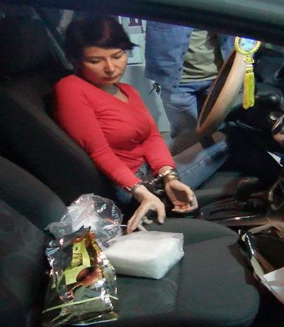 Cảnh sát bắt Thuỳ cùng ma tuý trên ôtô. Ảnh: Công an cung cấp.