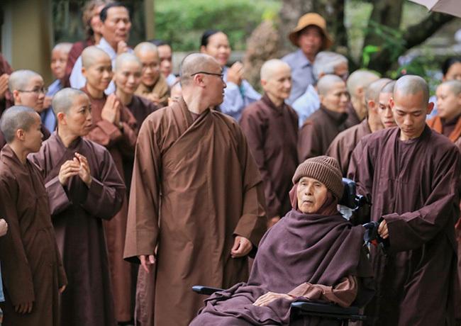 Phật tử, tăng ni chào đón thiền sư tại chùa Từ Hiếu. Ảnh: Võ Thạnh.