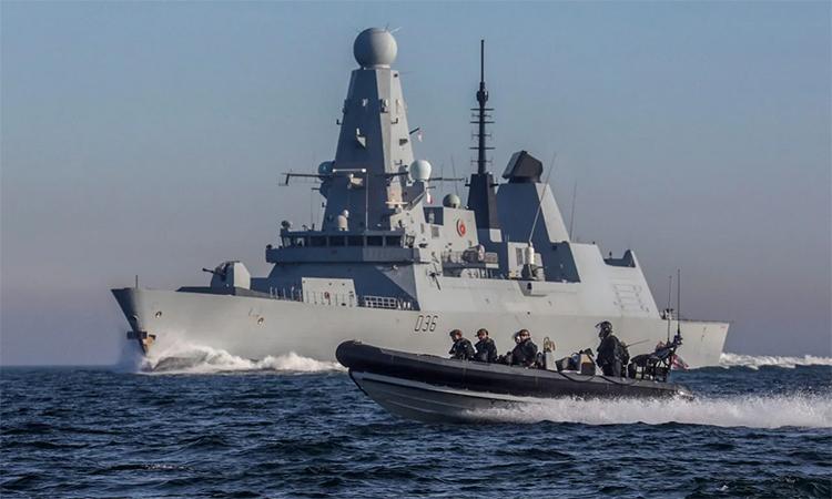 Khu trục hạm HMS Defender (phía sau) diễn tập triển khai xuồng cao tốc. Ảnh: Royal Navy.