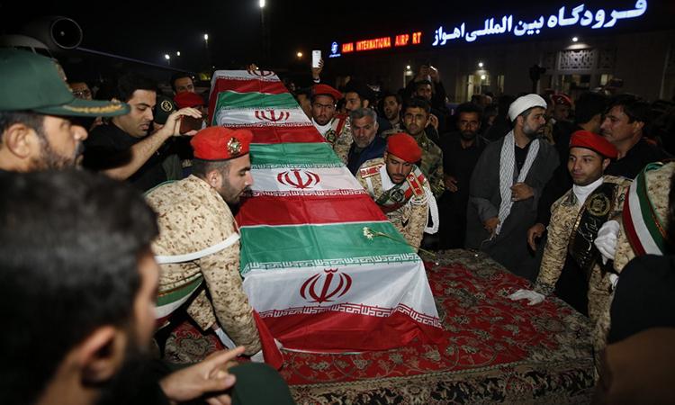 Binh sĩ Iran khiêng quan tài chứa thi thể thiếu tướng Qassem Soleimani tại sân bay quốc tế Ahvaz, Tehran sáng 5/1. Ảnh: AFP