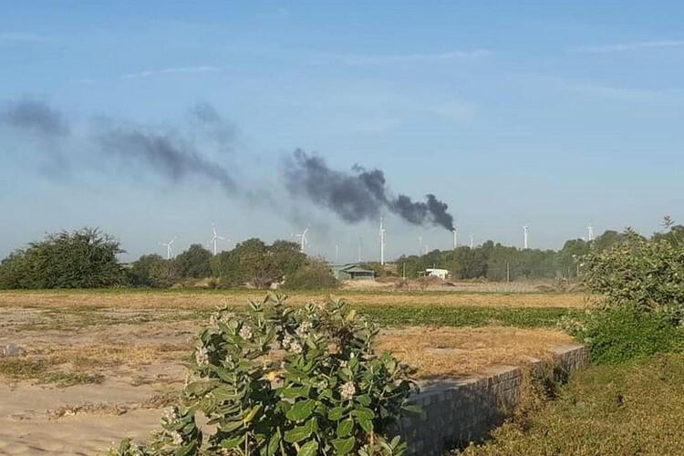 Khói bốc cao từ tuabin điện gió ở Nhà máy Phong điện 1, Tuy Phong. Ảnh: CTV