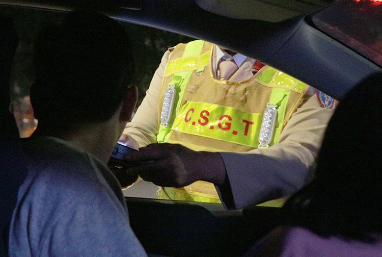 Một tài xế được cảnh sát cho thực hiện việc thử nồng độ cồn. Ảnh: Nguyễn Hải.