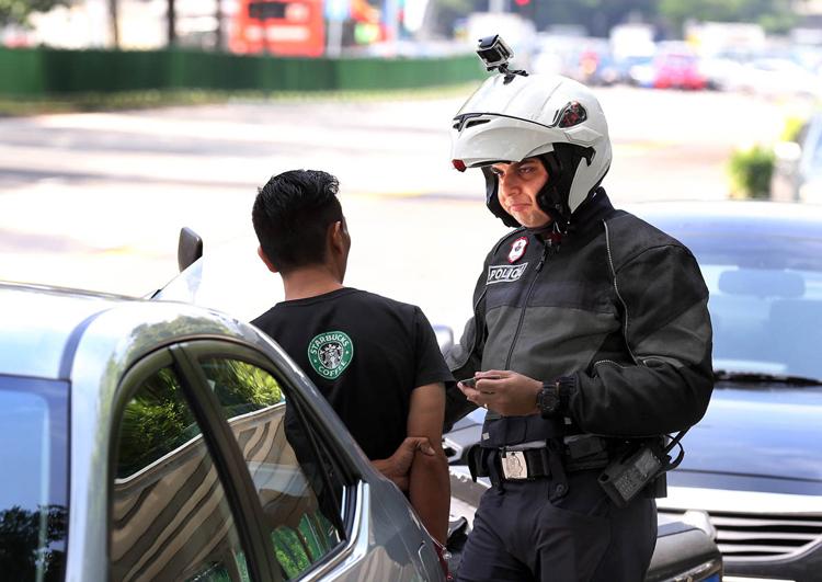 Với tài xế không chịu thổi vào máy đo nồng độ cồn, cảnh sát Singapore có quyền bắt giữ không cần xin lệnh. Ảnh: Straittimes.