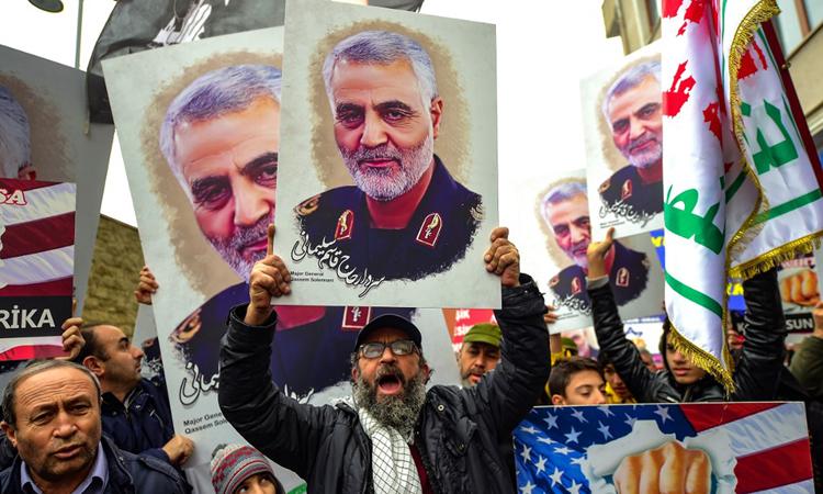 Người biểu tình giơ ảnh tướng Soleimani bên ngoài lãnh sự quán Mỹ ở thành phố Istanbul, Thổ Nhĩ Kỳ hôm 5/1. Ảnh: AFP.
