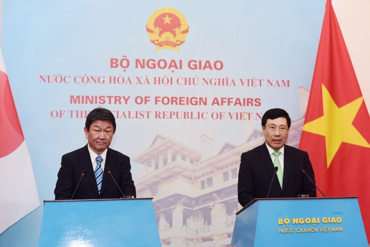 Phó thủ tướng Việt Nam Phạm Bình Minh, phải, và Ngoại trưởng Nhật Bản Toshimitsu trong họp báo sáng nay tại Hà Nội. Ảnh: Giang Huy.