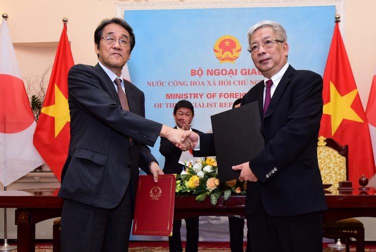Thứ trưởng Quốc phòng Việt Nam Nguyễn Chí Vịnh, phải, và Đại sứ Nhật tại Việt Nam trao đổi văn kiện về tiếp nhận trang thiết bị của Nhật Bản sáng nay. Ảnh: Giang Huy.