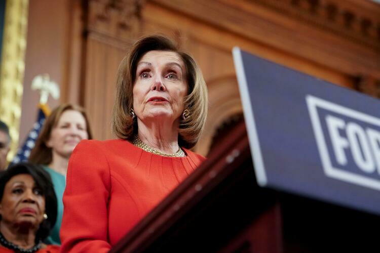 Chủ tịch Hạ viện Mỹ Nancy Pelosi phát biểu trong cuộc họp báo tại Washington, Mỹ tháng 12/2019. Ảnh: Reuters.