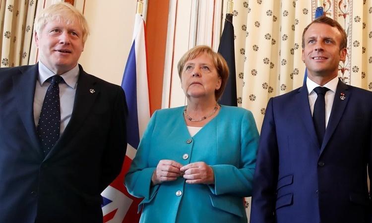 Từ trái qua Thủ tướng Anh Boris Johnson, Thủ tướng Đức Angela Merkel và Tổng thống Pháp Emmanuel Macron dự hội nghị thượng đỉnh G7 ở Pháp hồi tháng 8 năm ngoái. Ảnh: Reuters.