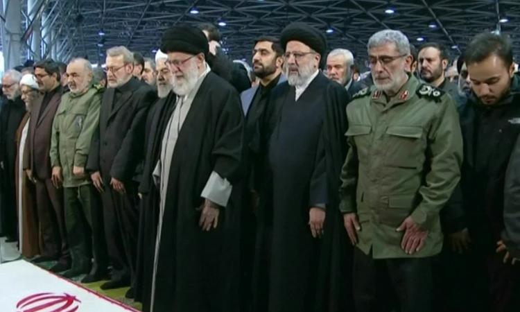 Lãnh đạo tối cao Iran Ayatollah Khamenei (trước) chủ trì tang lễ ở Đại học Tehran hôm nay. Ảnh: CNN.