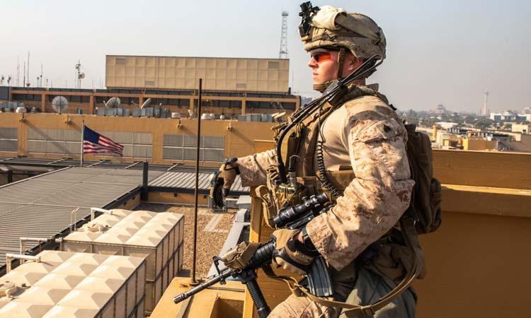 Một lính thủy đánh bộ Mỹ bảo vệ khu phức hợp đại sứ quán Mỹ tại Baghdad, Iraq hôm 3/1. Ảnh: AFP.