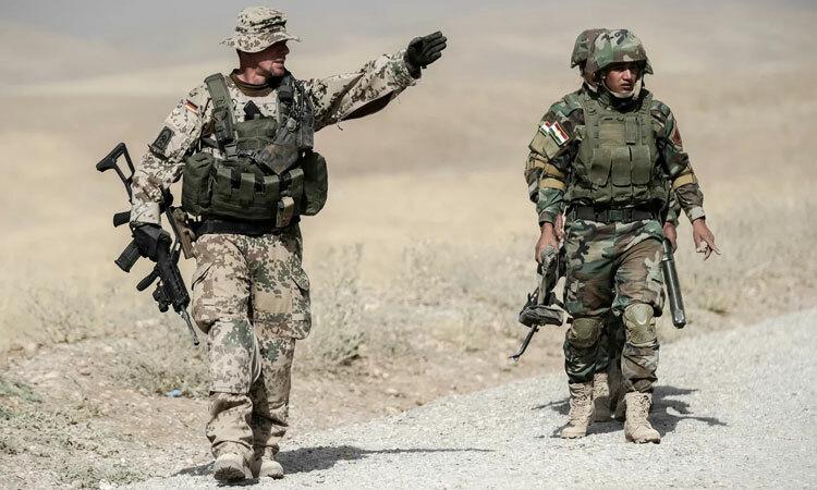 Lính Đức (trái) tuần tra cùng các binh sĩ Iraq. Ảnh: DPA.