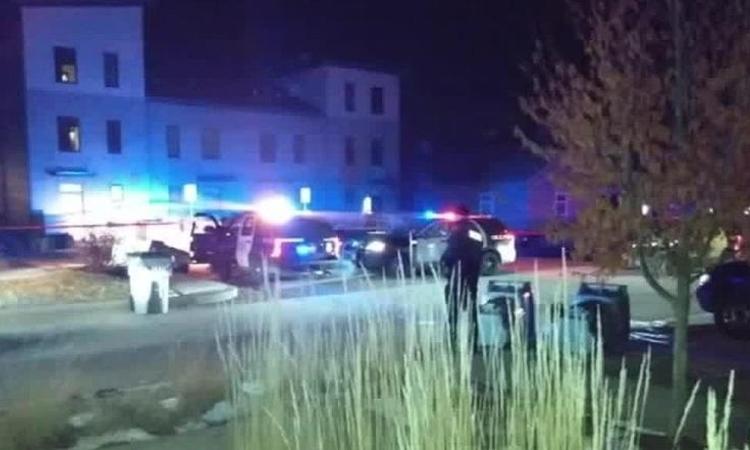 Hiện trường vụ nổ súng tối hôm 4/1 tại thành phố Milwaukee, bang Wisconsin, Mỹ. Ảnh: CNN.