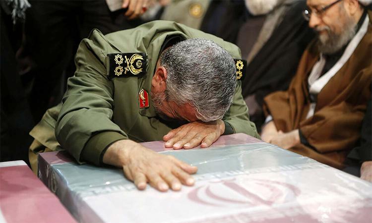 Thiếu tướng Esmail Qaani ôm quan tài Soleimani trong lễ tang ngày 6/1 tại Tehran, Iran. Ảnh: AP.