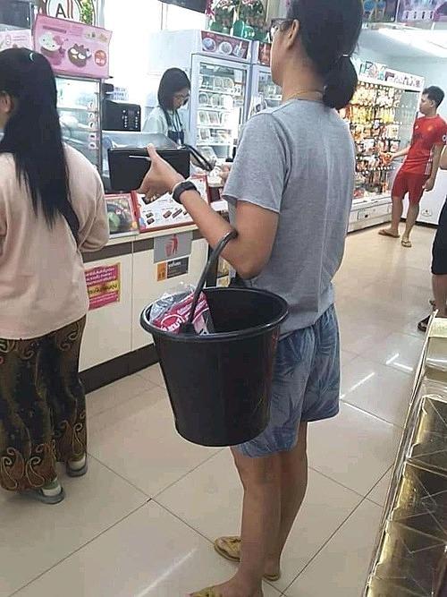 Đồ chứa phổ biến nhất với người Thái chính là xô nhựa đen
