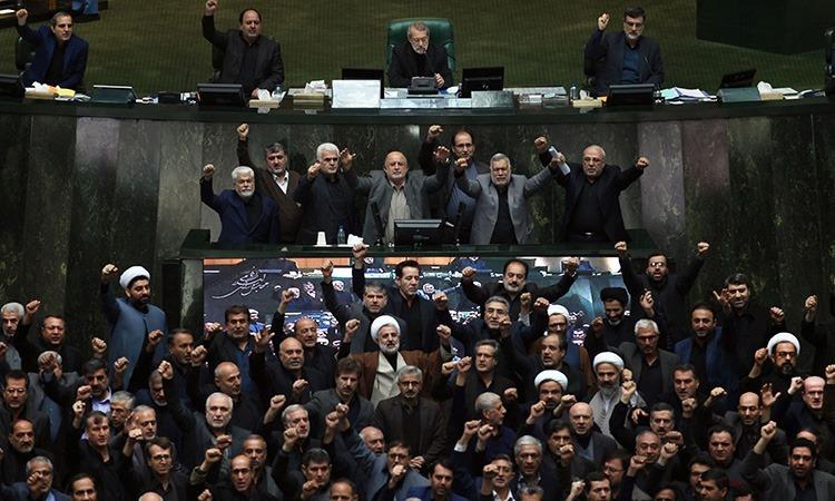 Nghị sĩ Iran hô khẩu hiệu giết người Mỹ tại phiên họp quốc hội tại Tehran hôm 5/1. Ảnh: AFP.