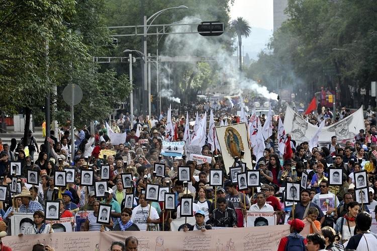 Người biểu tình yêu cầu chính quyền Mexico tìm 43 sinh viên sư phạm mất tích hồi tháng 4/2016. Ảnh: AFP.
